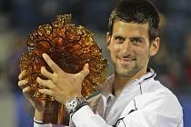 Novak Djokovič s trofejí pro vítěze turnaje v Abú Zabí.