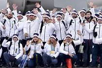 Čeští sportovci a členové výpravy při fotografování na runwayi pražského Letiště Václava Havla po příletu ze ZOH v korejském Pchjongčchangu. Uprostřed dole jsou Ester Ledecká (třetí zleva) a Karolína Erbanová (druhá zleva).