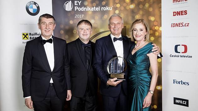 Zleva premiér v demisi Andrej Babiš, předseda poroty Petr Chmela, vítěz Lubomír Stoklásek a Magdalena Souček