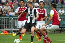 Fotbalový záložník Roman Macek (v pruhovaném) už v šestnácti odešel ze Zlína do slavného Juventusu Turín. Teď hostuje ve druholigovém Bari.