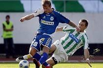 Martin Horáček z Bohemians Praha (v pruhovaném) a Jan Blažek ze Slovanu Liberec  bojují o míč.