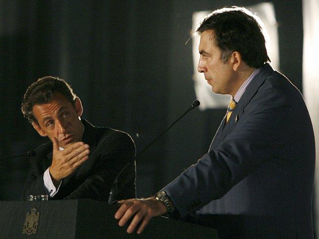 Francouzský prezident Sarkozy oznámil na tiskové konferenci s prezidentem Saakašvilim dohodu o příměří v Gruzii.