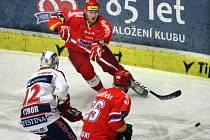 Hokejisté Českých Budějovic (v červeném) proti Pardubicím.