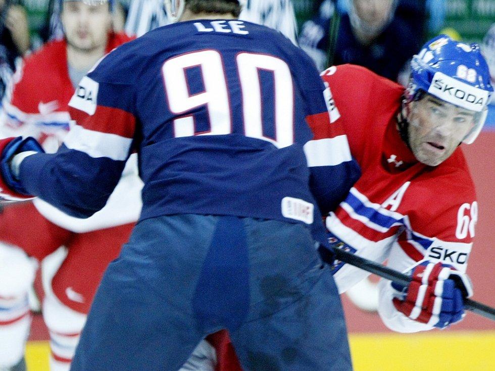 Jaromír Jágr (vpravo) pálí proti USA.