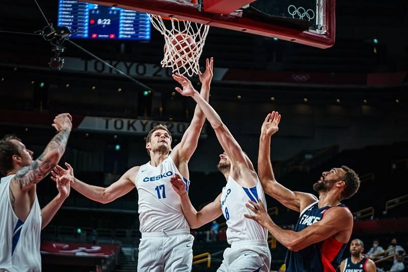 Čeští basketbalisté v bílém v utkání proti Francii.