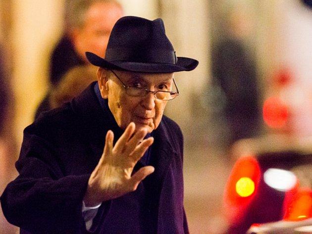 Italský prezident Giorgio Napolitano dnes po téměř devíti letech v čele státu odstoupil. Hlavním důvodem abdikace je jeho vysoký věk, v červnu oslaví politik devadesáté narozeniny.