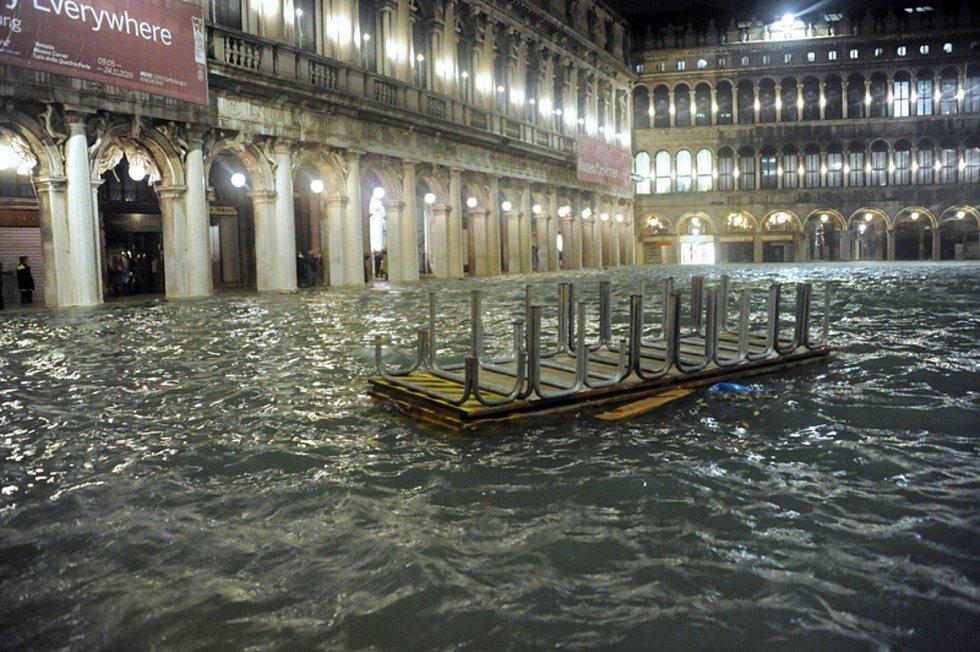 Zaplavené náměstí svatého Marka v italských Benátkách na snímku z 12. listopadu 2019