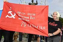 Protestní akce proti zakrytí sochy Koněva