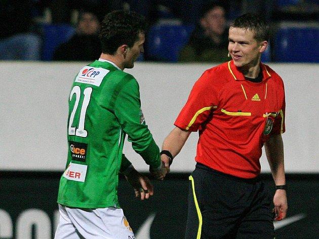 Rozhodčí Jaroslav Bílek gratuluje Davidu Lafatovi ke sté ligové brance.
