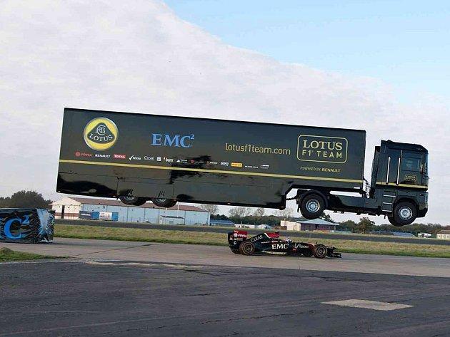 Mike Ryan s kamionem přeskočil jedoucí monopost Formule 1.