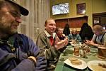 Štamgasti v loučovické restauraci Sparta