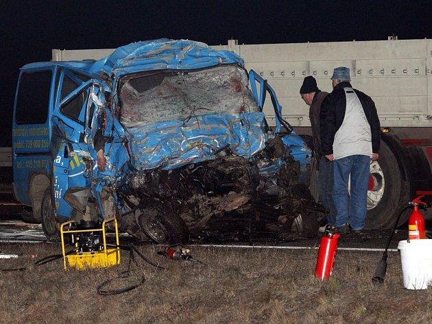 Při srážce mikrobusu s kamionem a osobním automobilem zemřelo 8 lidí