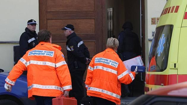 V Lysé nad Labem na Nymbursku v pátek 4. března 2011 ohrožoval zřejmě psychicky vyšinutý muž svoji družku a sám sebe pistolí. Policistům se podařilo ženu z bytu vyvést. Muž později při vyjdenávání zahájil palbu, kterou policisté opětovali a muže zabili.
