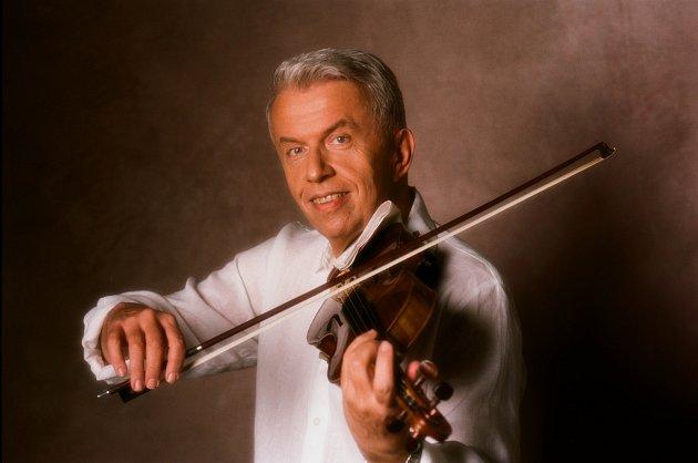 Český houslista Jaroslav Svěcený.
