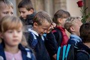 Po dvouměsíčních letních prázdninách přišly do škol opět děti, některé poprvé. Prvňáčci dorazili i do ZŠ Praha 7 na Strossmayerově náměstí.