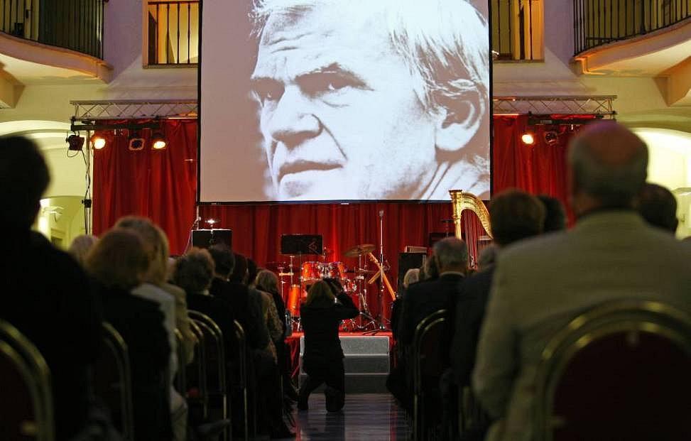 Milan Kundera, nejznámější spisovatel českého původu ve světě, včera obdržel prestižní Světovou cenu Nadace Simone a Cina Del Duchových, s níž je spojeno příjemných 300 tisíc Euro.