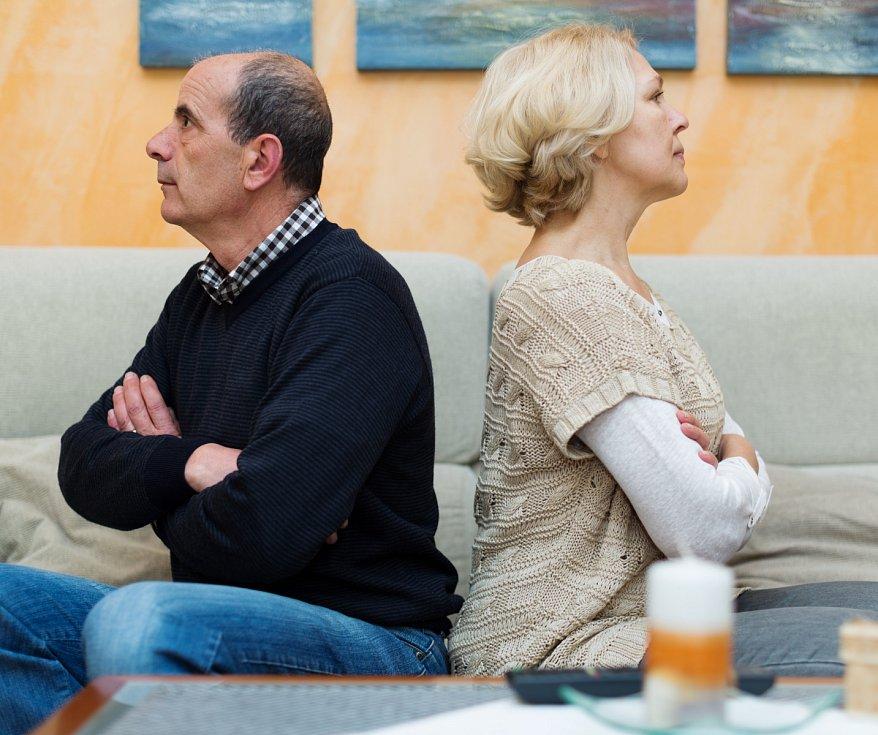 Podle psychologů může být důvodem i fakt, že lidé mívají děti později. Po jejich odchodu z domova pak neustojí syndrom prázdného hnízda.