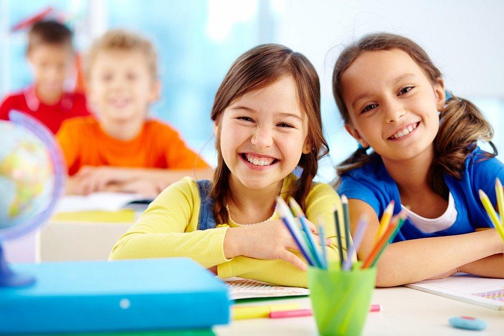 Děti se těší hlavně na spolužáky, ale mnozí i na typickou školní výuku od tabule.