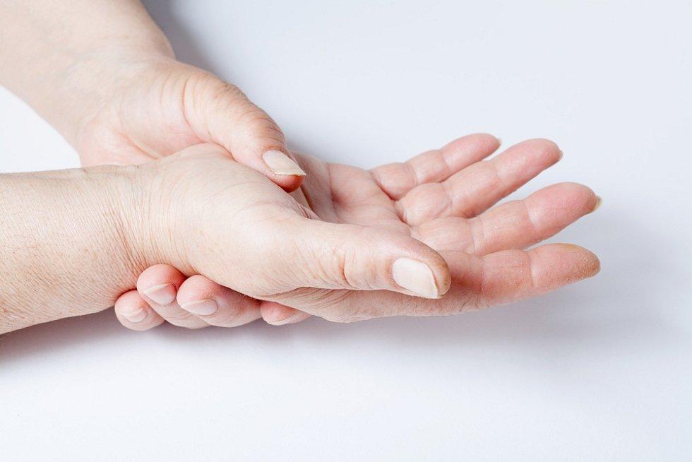 Příčiny onemocnění sklerodermií nejsou známé, roli může hrát genetika i vliv vnějšího prostředí.