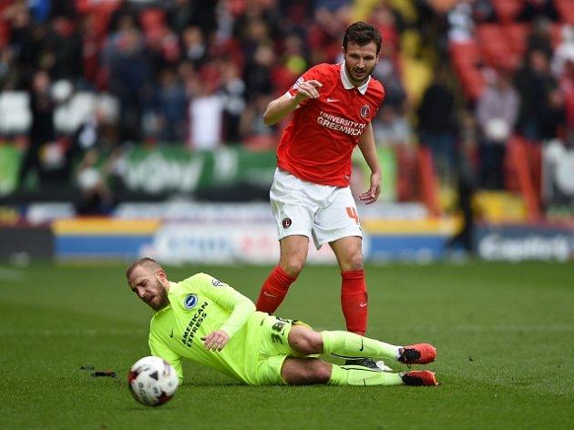 Jiří Skalák (na zemi) v Charltonu vystřelil Brightonu vítězství