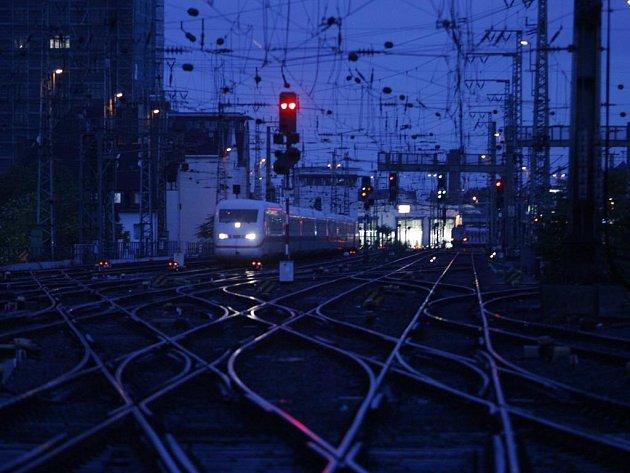 Českem odpoledne prohnaly silné bouřky s prudkým větrem. Nejsou hlášena žádná vážná zranění, ale vichřice způsobily řadu materiálních škod. Stromy popadané přes železniční tratě omezily jízdy vlaků.