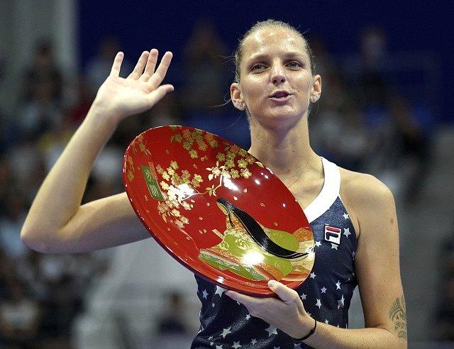 Karolína Plíšková s trofejí pro vítězku turnaje v Tokiu.