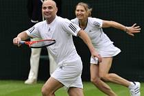 Premiérový zápas pod zataženou střechou centrálního dvorce ve Wimbledonu sehrály bývalé tenisové jedničky Steffi Grafová a Andre Agassi.
