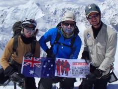Terry Harch (uprostřed) přežil sám na hoře bezmála sedm dní