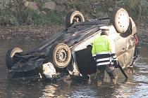 Ranní námraza v úterý 15. listopadu 2011 překvapila jedenadvacetiletou řidičku v Těšovicích na Sokolovsku. Vozidlo prorazilo svodidla i zábradlí a spadlo z několika metrů do řeky. Řidičce se z vozu podařilo včas dostat.