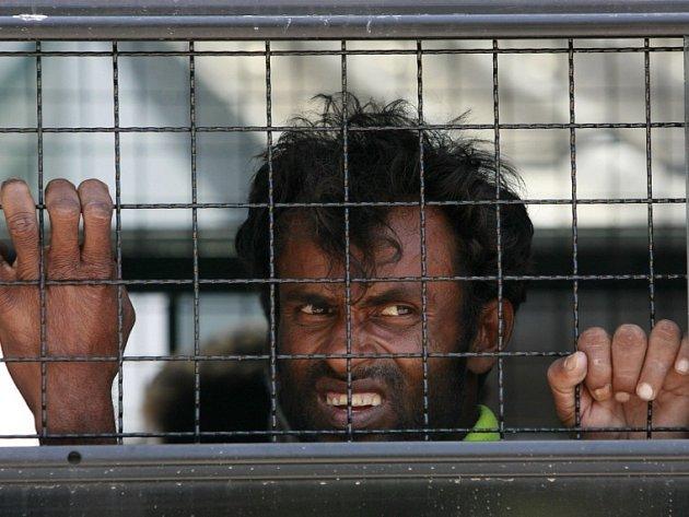 Imigrant z etnické skupiny Rohingya v thajském policejním autu při razii z letošního ledna.