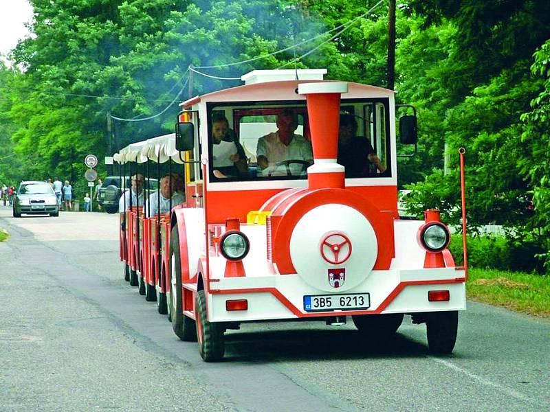 Jízda turistickým vláčkem je krásným zpestřením výletu po Vranovské přehradě.