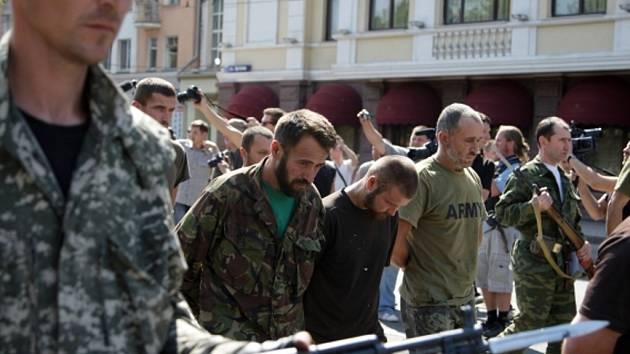 Doněckem za hanlivého pokřikování okolo stojících lidí museli pochodovat váleční zajatci z řad ukrajinské armády a dobrovolnických gard.