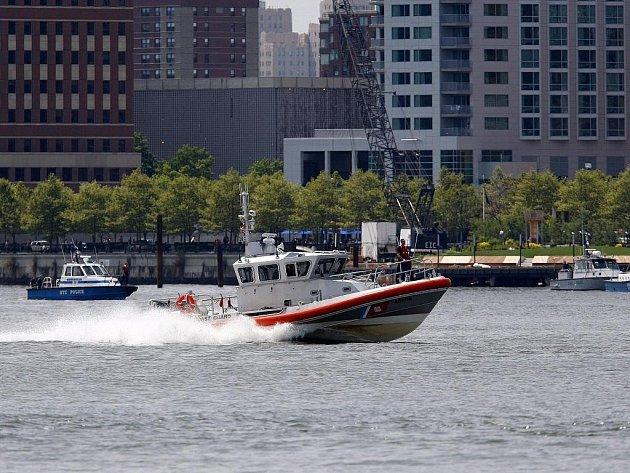 Čluny policie, hasičů a pobřežní stráže na místě pádu vrtulníku a letadla do Hudsonu v New Yorku.