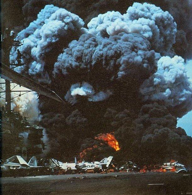 Snímek hořící paluby lodi