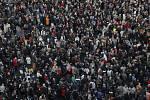 Účastníci shromáždění v Paříží konaného na památku středoškolského učitele Samuela Patyho