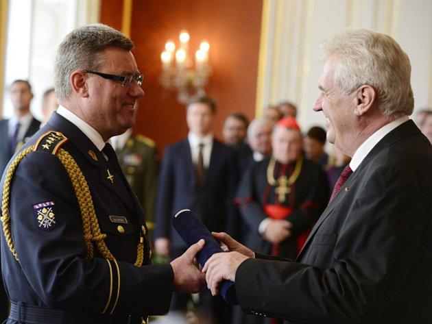 Jakůbkovi Zeman podle svého mluvčího poděkoval za práci a popřál mu mnoho štěstí při výkonu další funkce v rámci armády ČR, do které by měl nastoupit v nejbližší době. Ilustrační foto.