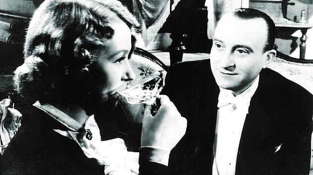 Jedna z neodolatelných scén komedie Hotel Modrá hvězda se odehrává v baru – Nataša Gollová vypije na jeden zátah několik grenadin. Je jich opravdu sedm, jak hlásala reklama