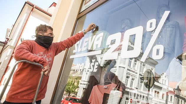Otevření obchodů přišlo pozdě, mnoho jich krachuje.