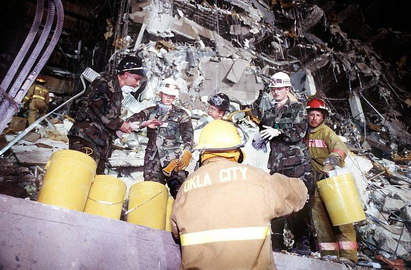 Záchranné práce na místě teroristického útoku v Oklahoma City v roce 1995.