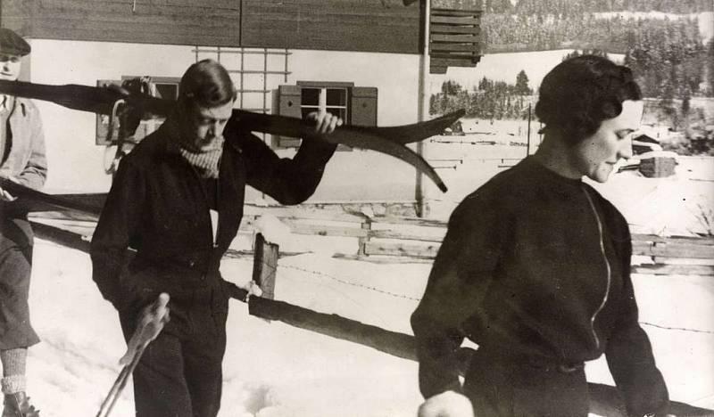 Král Eduard VIII. s Wallis Simpsonovou v roce 1935 na lyžích v Rakousku.