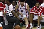Hvězda Houstonu Jao Ming (uprostřed) zápas s Lakers nedohrál kvůli zranění nohy.