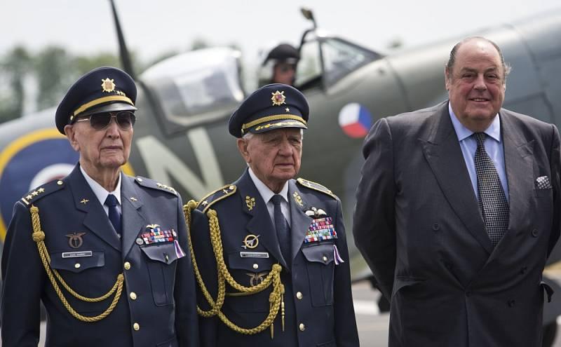 Čeští váleční veteráni Alois Dubec (zleva), Emil Boček a poslanec britského parlamentu, bývalý stínový ministr obrany a vnuk Winstona Churchilla Nicholas Soames.