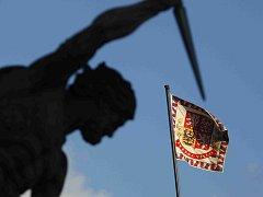 Pohled na prezidentskou standartu na Pražském hradě. Ilustrační foto