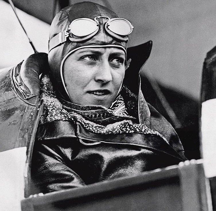 Amy Johnsonová v kokpitu svého letadla 14. června 1930, po úspěšném přeletu z Anglie do Austrálie