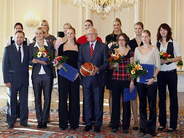 Prezident Václav Klaus přijal na Pražském hradě české basketbalistky, které na mistrovství světa získaly stříbrnou medaili a předal jim Zlatou plaketu prezidenta republiky.