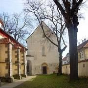 Románská bazilika sv. Václava s kryptou sv. Kosmy a Damiána je postavena na místě, kde byl podle tradice roku 935 zavražděn a po tři roky pohřben sv. Václav.