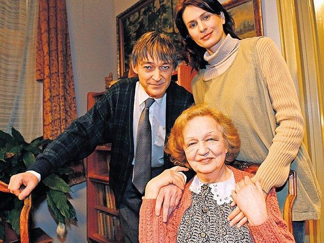 RODINA NA OKO. Richard (Vladimír Dlouhý) žije se svou despotickou matkou (Blanka Bohdanová) a krásnou Aljonou (Valerie Beliasava), která se do rodiny příliš nehodí.