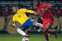 Brazílie zdolala Peru, na snímku souboj Neymara a Ascuese