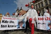 Lidé demonstrují 23. března před sídlem Poslanecké sněmovny v Praze proti vicepremiérovi a ministru financí Andreji Babišovi.