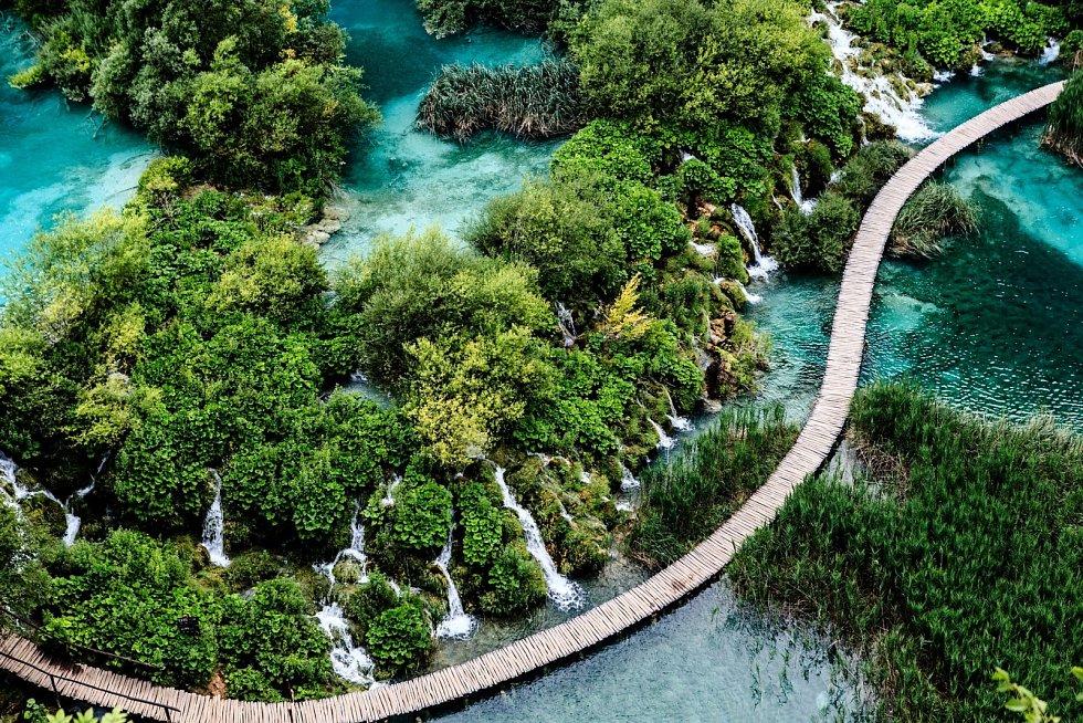 Procházet se nad jezery a obdivovat vodopády mohou lidé v národním parku Plitvická jezera.